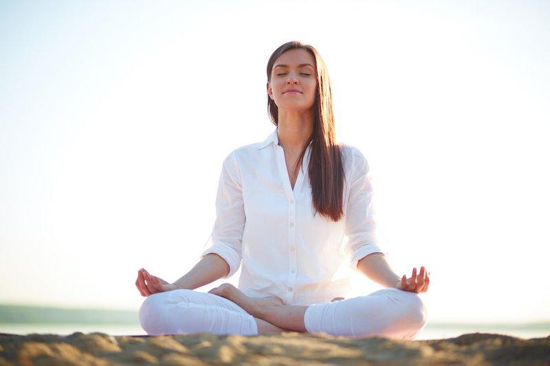 Hít thở sâu sẽ giúp máu lưu thông tốt hơn và làm giảm tình trạng nóng trong người