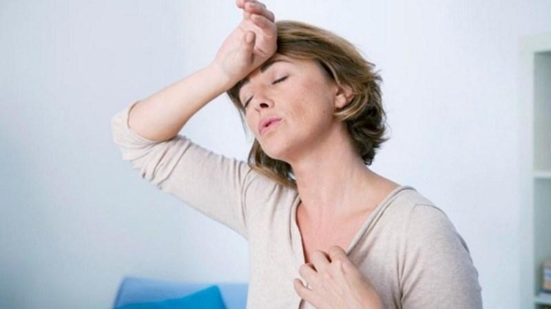 Bốc hỏa tuổi mãn kinh thường xuất hiện với triệu chứng nóng ở mặt và phần trên ngực