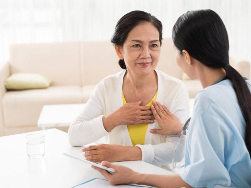 Chị em tuổi trung niên nên đi khám khi thấy xuất hiện các dấu hiệu suy nhược cơ thể và rối loạn kinh nguyệt
