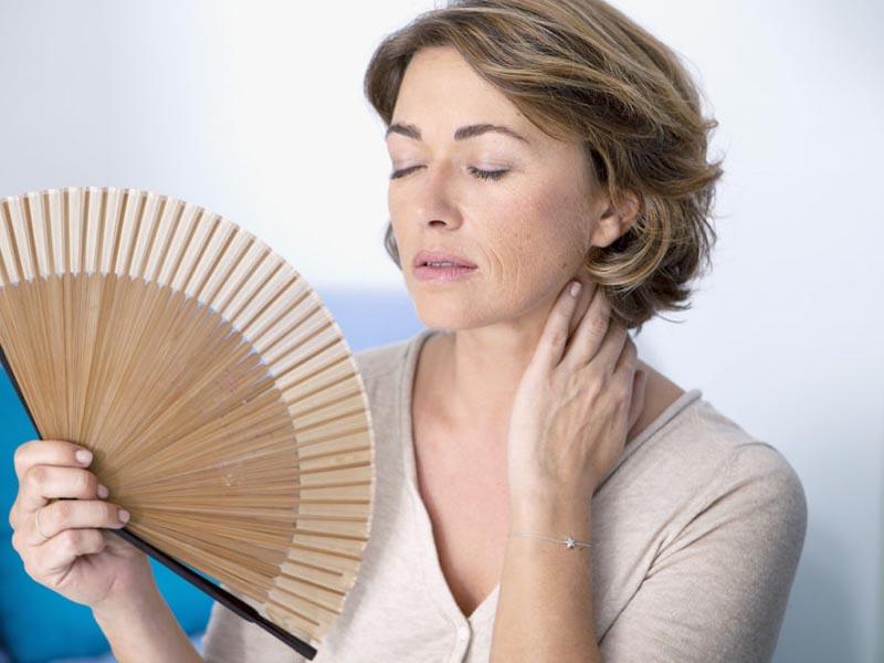 Phụ nữ giai đoạn tiền mãn kinh có thể gặp phải chứng bốc hỏa, đổ mồ hôi