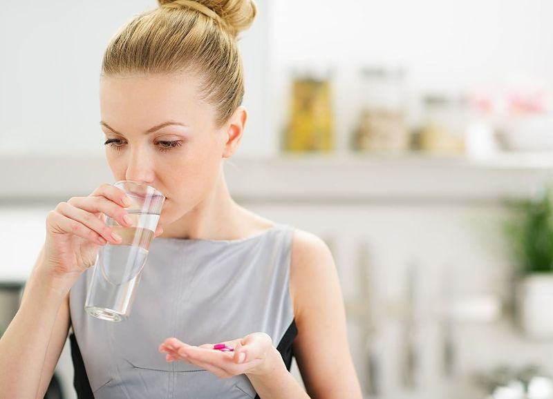 Uống thuốc Tây y giúp giảm các triệu chứng rối loạn nội tiết tố