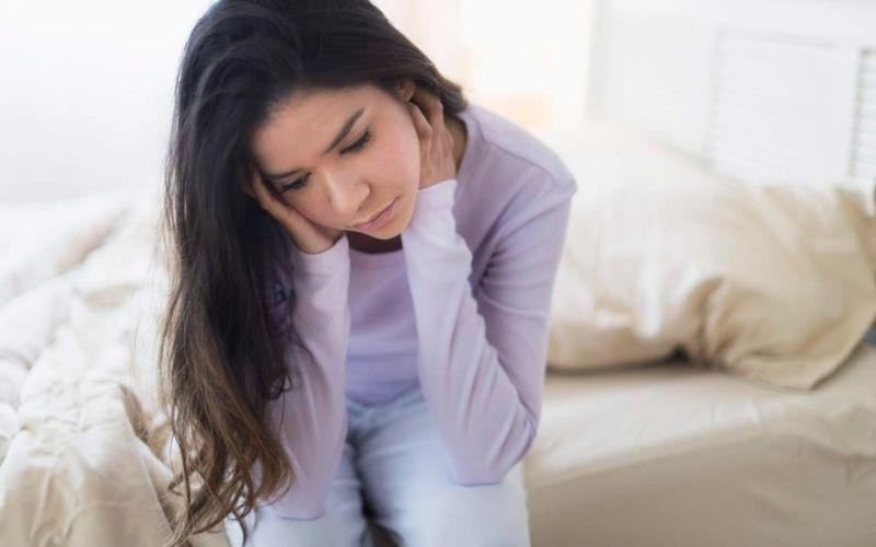 Suy giảm nội tiết tố nữ khiến âm đạo khô hạn, chuyện quan hệ trở nên khó khăn