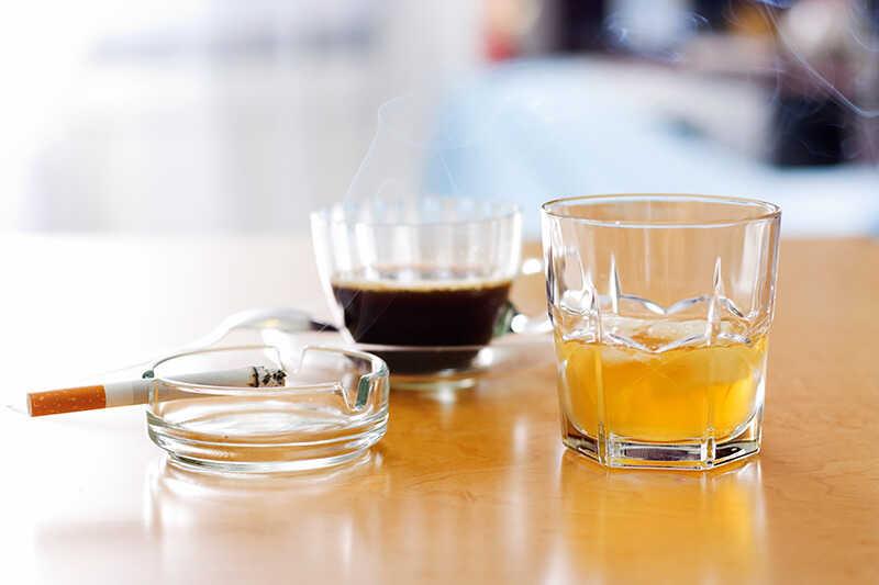 Rượu và cafein sẽ gây ảnh hưởng ảnh hưởng xấu đến việc sản xuất hormone nội tiết