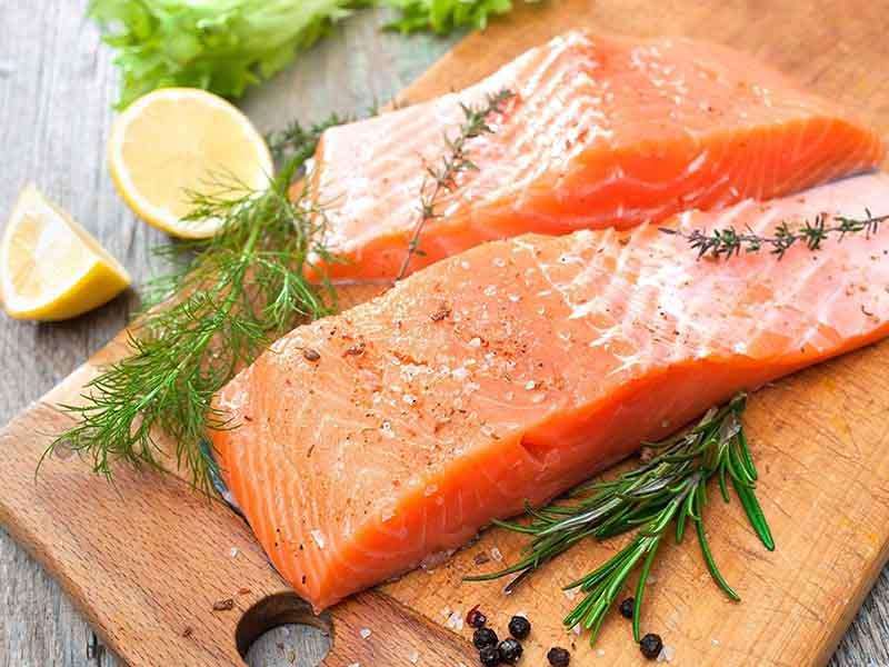 Cá hồi là thực phẩm tăng nội tiết tố nữ được nhiều chị em lựa chọn