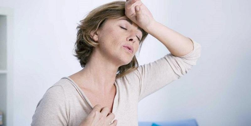 Phụ nữ trong thời kỳ mãn kinh thường xuyên bị bốc hỏa, đổ mồ hôi nhiều vào ban đêm