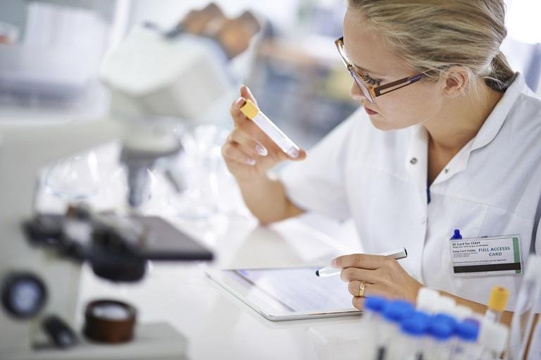 Bác sĩ xét nghiệm và đánh giá kết quả