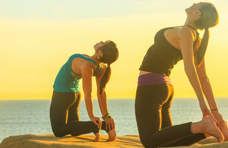 Tư thế yoga nội tiết tố con lạc đà giúp người bệnh tăng cường sự dẻo dai