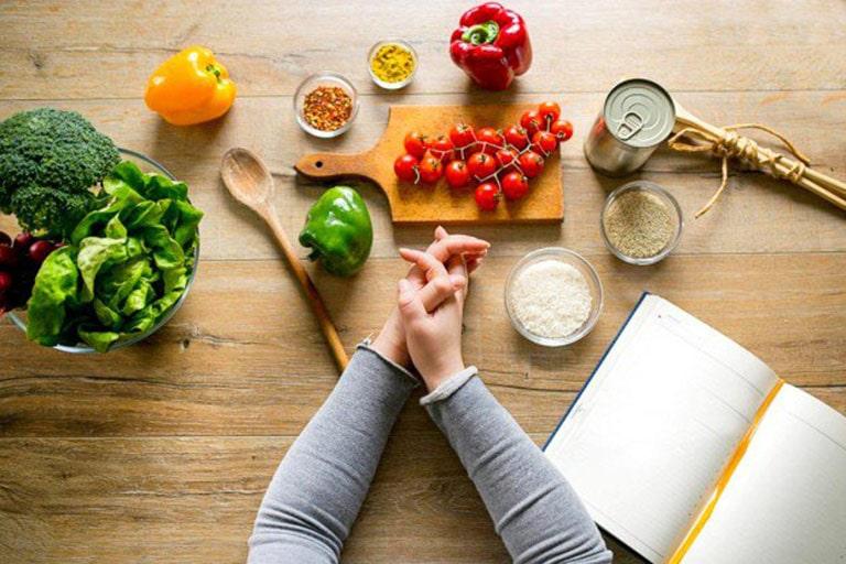 Điều chỉnh chế độ ăn uống cũng hỗ trợ cho người rối loạn nội tiết bị mụn