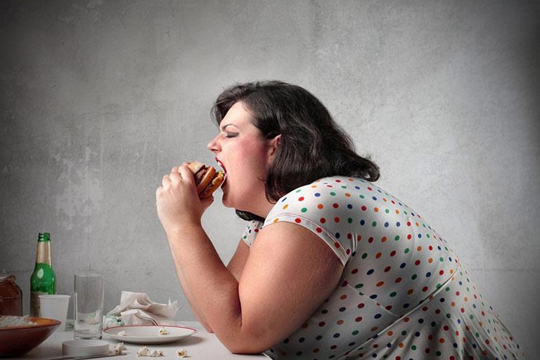 Dung nạp nhiều đồ ngọt, ăn uống không kiểm soát cũng là nguyên nhân gây tăng cân khi rối loạn nội tiết tố nữ