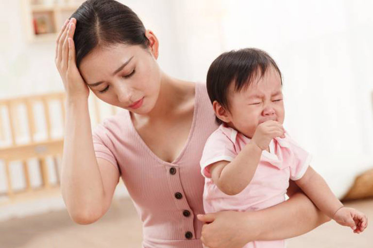 Sau sinh nội tiết tố suy giảm là nguyên nhân gây rụng tóc