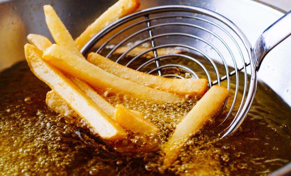 Đồ ăn chứa nhiều dầu mỡ hay cay nóng có thể gây ra tình trạng khô âm đạo