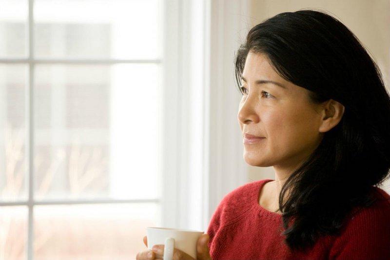 Giai đoạn mãn kinh phụ nữ sẽ thiếu hụt nội tiết tố, điều này làm cho chị em gặp phải một số vấn đề nhạy cảm