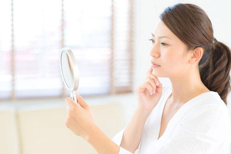 Suy giảm nội tiết tố sau sinh khiến da khô sạm, xuống sắc