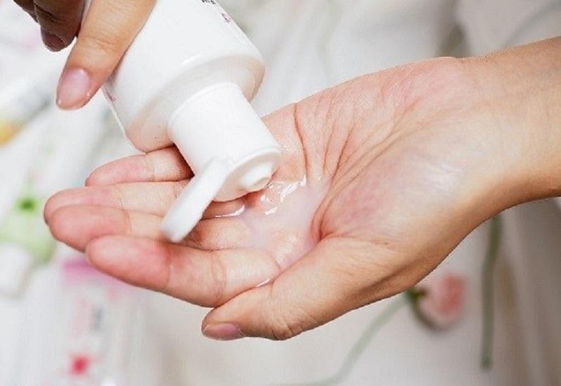 Vệ sinh vùng kín sau sinh đúng cách sẽ tránh được tình trạng khô âm đạo và viêm nhiễm