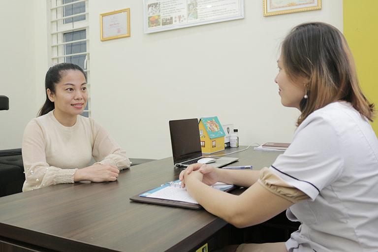 Chị Vân Anh được bác sĩ Oanh tư vấn và thăm khám trực tiếp